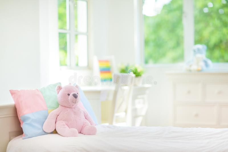 Jonge geitjesbed in witte zonnige slaapkamer stock foto's