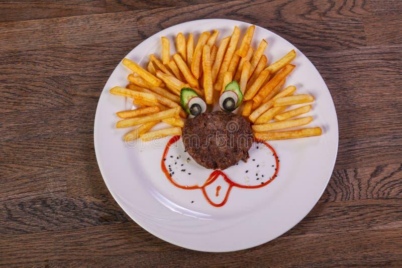 Jonge geitjesmenu - kotelet met aardappel stock afbeelding