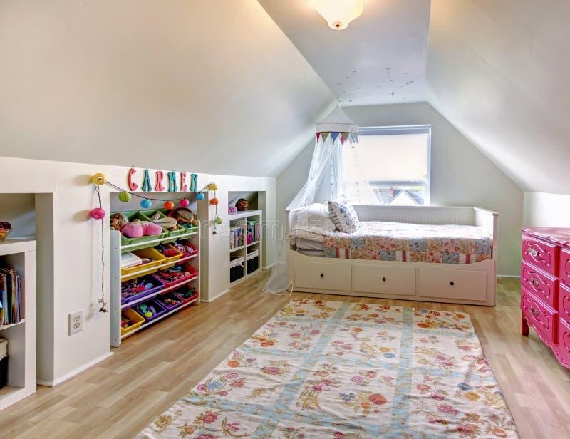 Gele Moderne Slaapkamer Met Wit Bed. Stock Afbeelding