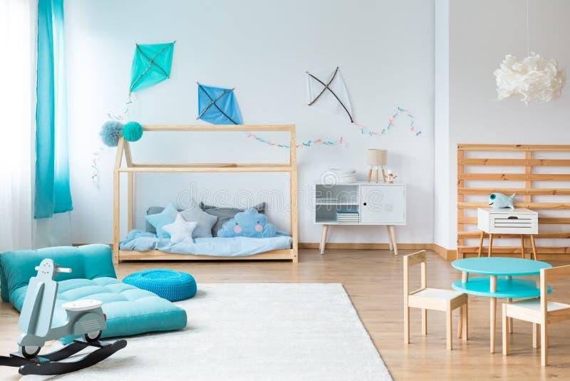 Jonge geitjesslaapkamer met met de hand gemaakt meubilair stock afbeeldingen