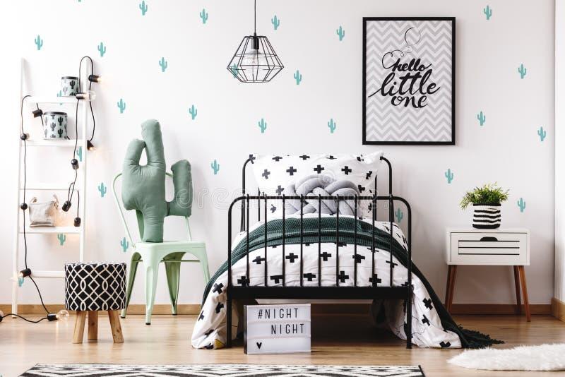 Jonge geitjesslaapkamer met leuk behang royalty-vrije stock fotografie