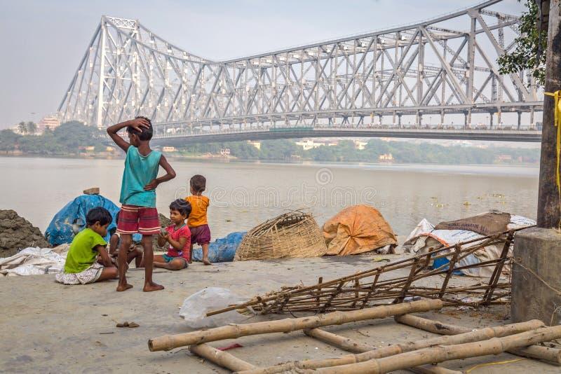 Jonge geitjesspel dichtbij de rivier Ganges dicht bij de brug van Howrah royalty-vrije stock foto