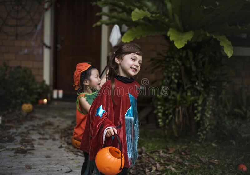 Jonge jonge geitjestruc of het behandelen tijdens Halloween stock foto