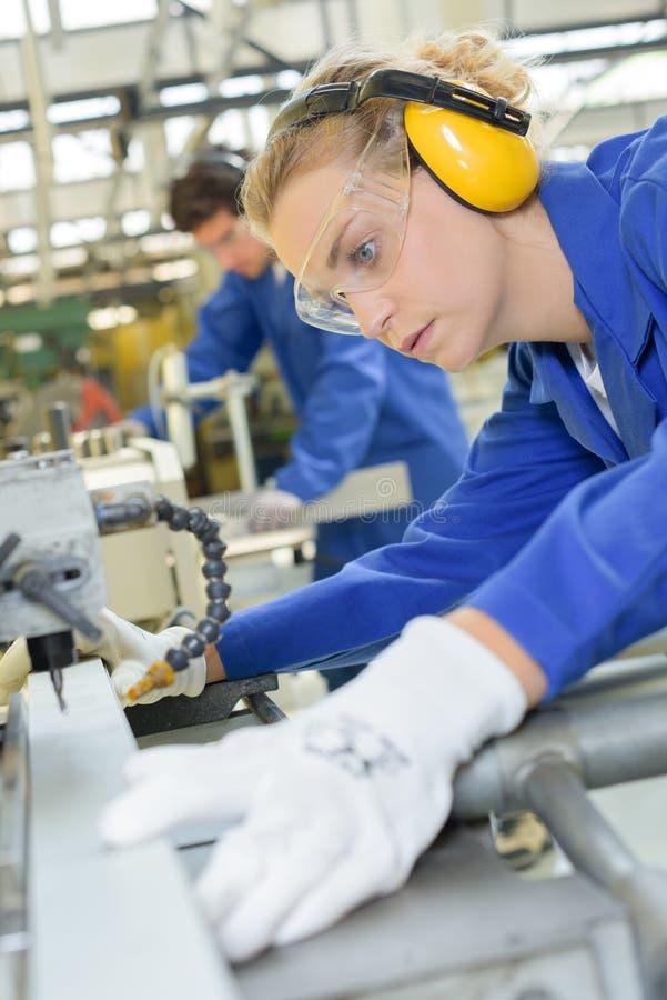 Jonge gekwalificeerde mensen die worden gedwongen om bij fabriek te werken royalty-vrije stock foto