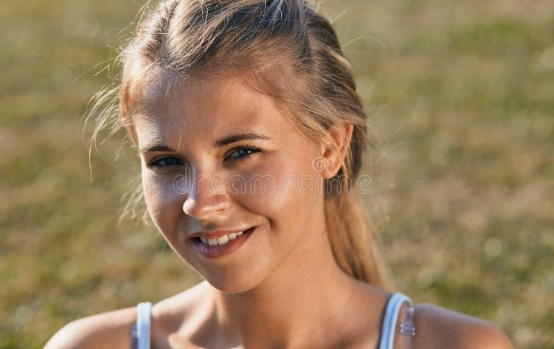 Jonge gelooide vrouw in zwempak het stellen tegen aardachtergrond Het portret van de close-upmanier van mooi meisje stock foto