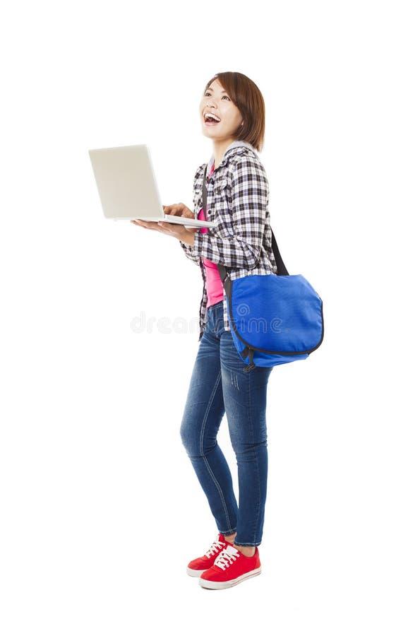 Jonge gelukkige Aziatische student met laptop stock afbeelding
