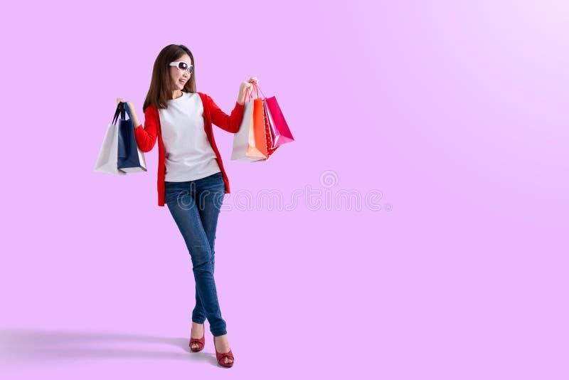 Jonge gelukkige de zomer winkelende vrouw met het winkelen zakken stock foto