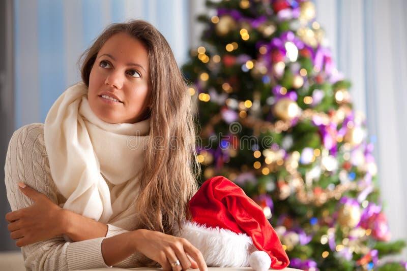Jonge gelukkige dromende vrouw stock afbeeldingen