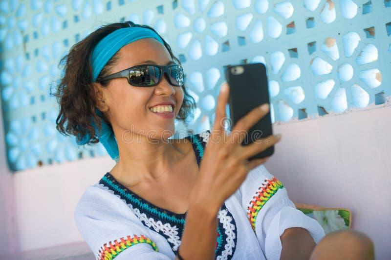 Jonge gelukkige en aantrekkelijke Zuidoostaziatische Thaise vrouw die selfie fotoportret met het mobiele telefooncamera vrolijk s royalty-vrije stock afbeeldingen