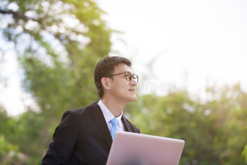 Jonge gelukkige en succesvolle zakenman die en tijdens zijn br glimlachen stock afbeelding
