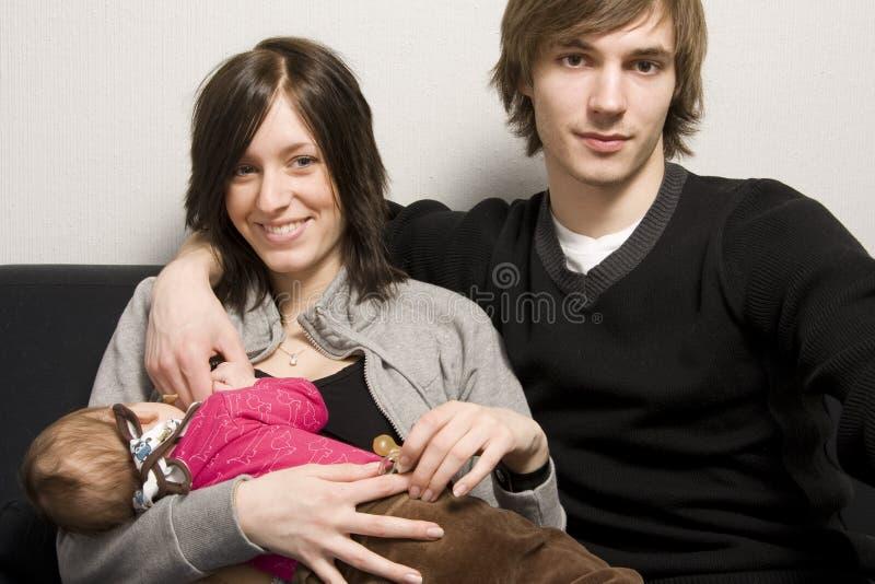 Jonge gelukkige familie royalty-vrije stock afbeelding