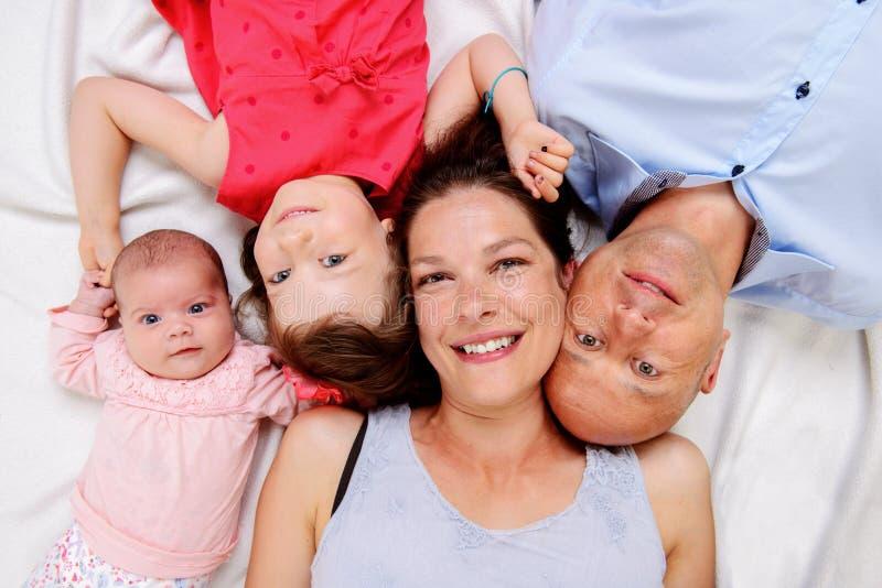 Jonge gelukkige familie stock afbeelding