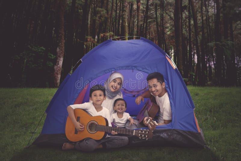 Jonge gelukkige familie die in het bos kamperen royalty-vrije stock fotografie