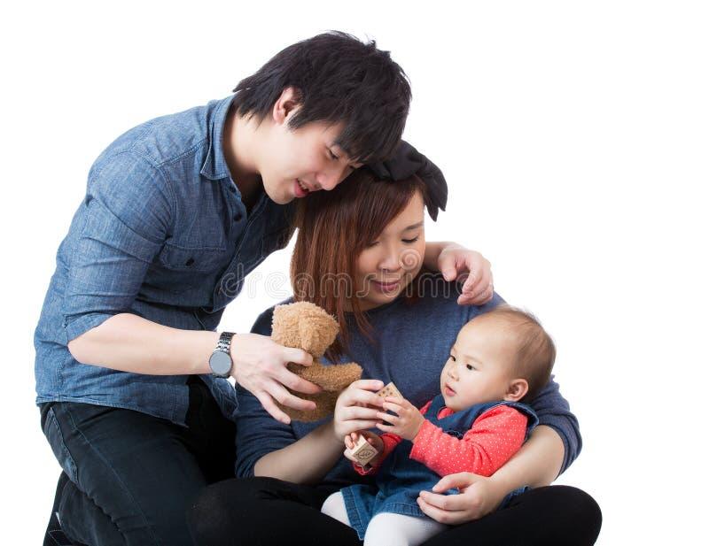 Jonge gelukkige familie met babymeisje stock foto's