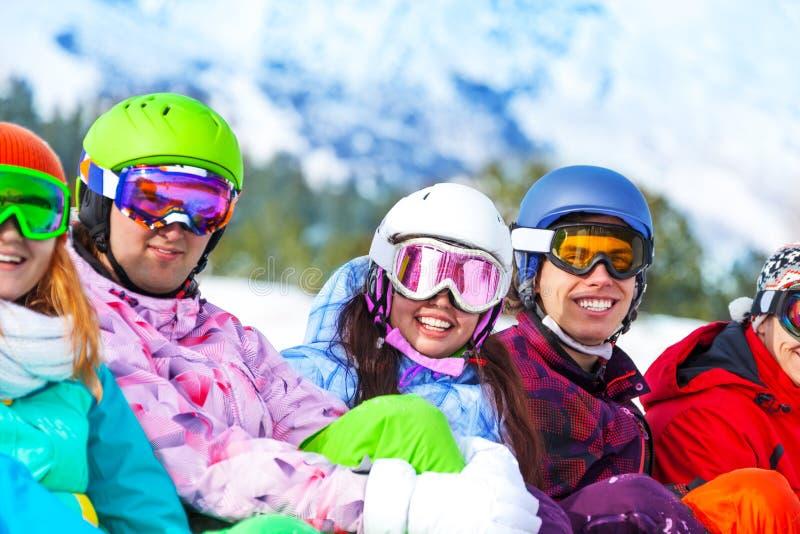 Jonge gelukkige glimlachende mensen die beschermende brillen dragen stock afbeeldingen