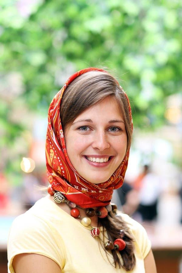 Jonge gelukkige glimlachende vrouw royalty-vrije stock afbeelding
