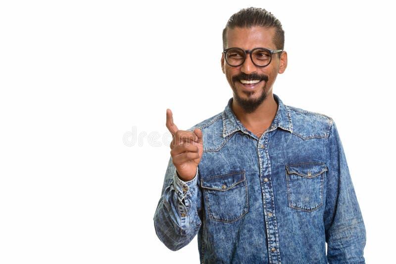 Jonge gelukkige Indische mens die en vinger richten lachen stock afbeelding