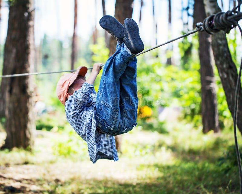 Jonge gelukkige kindjongen in avonturenpark royalty-vrije stock afbeelding