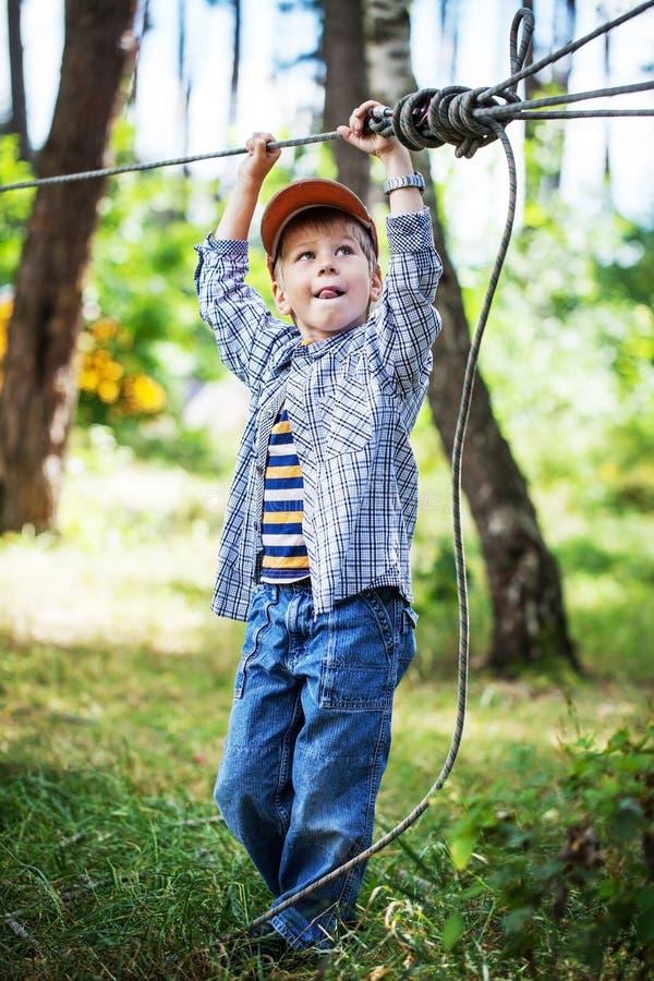 Jonge gelukkige kindjongen in avonturenpark royalty-vrije stock afbeeldingen