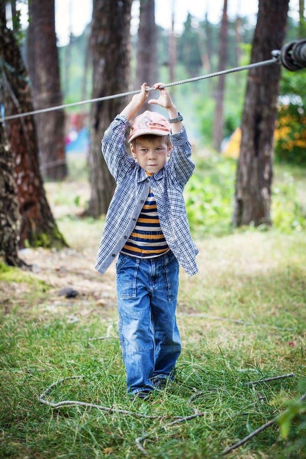 Jonge gelukkige kindjongen in avonturenpark stock afbeelding