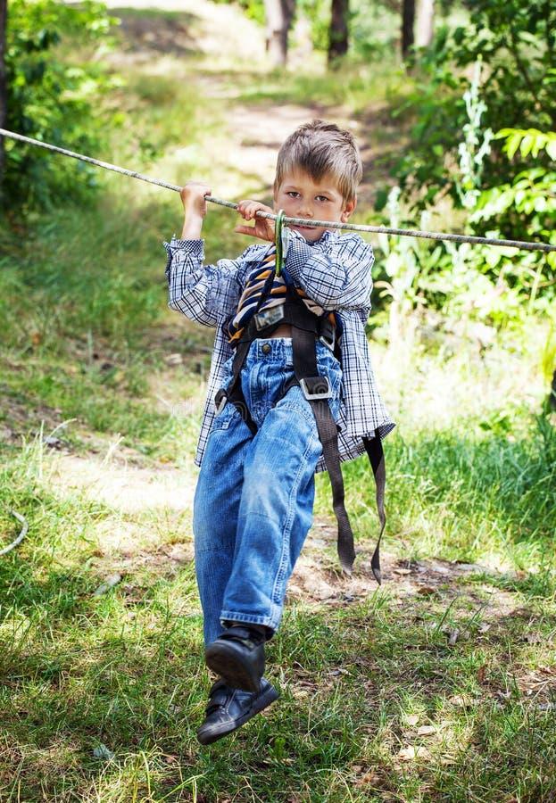 Jonge gelukkige kindjongen in avonturenpark stock afbeeldingen