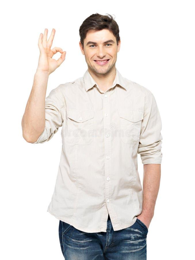 Jonge gelukkige mens met o.k. teken