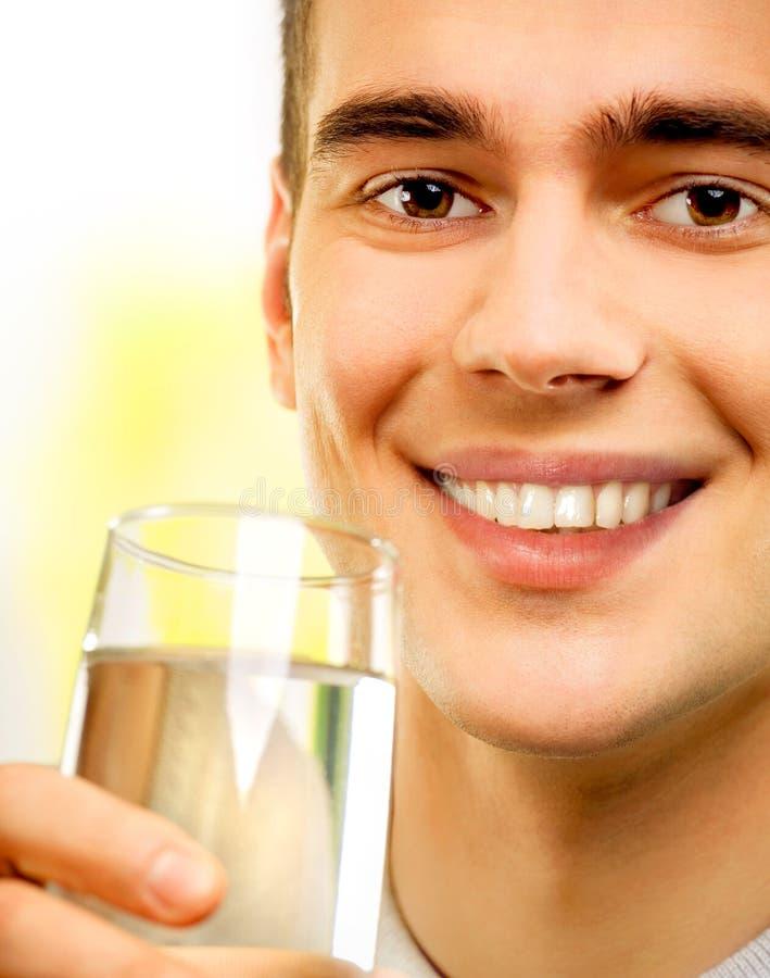 Jonge gelukkige mens met water royalty-vrije stock afbeelding