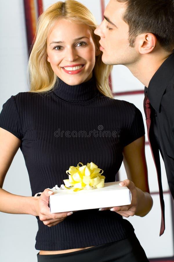 Jonge gelukkige mensen met gift stock afbeelding