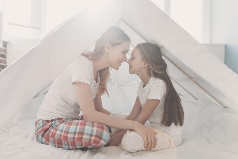 Jonge Gelukkige Moeder en Weinig Doughter samen stock foto's