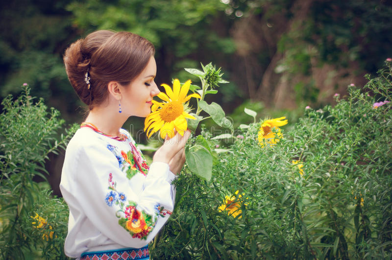 Jonge gelukkige mooie Oekraïense vrouw stock foto's