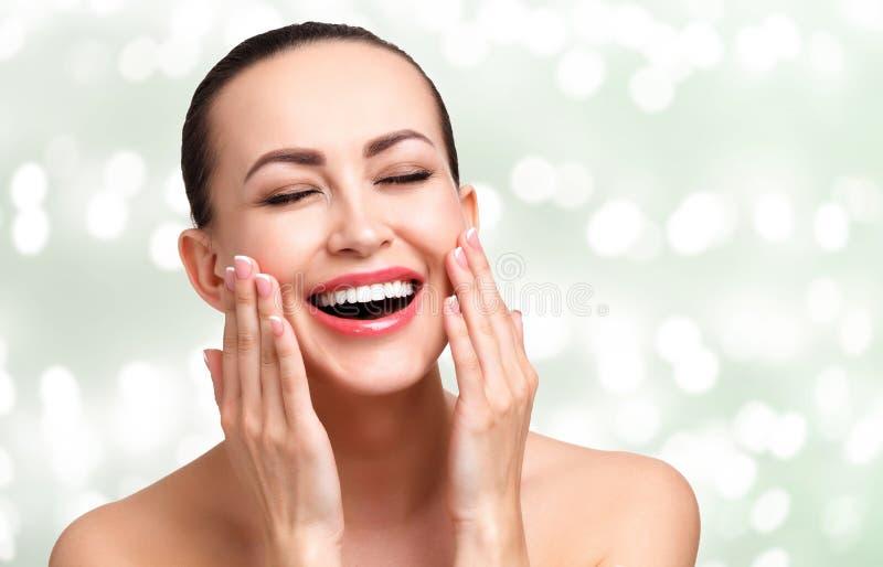 Jonge gelukkige mooie vrouw met vlotte en schone huid royalty-vrije stock afbeelding