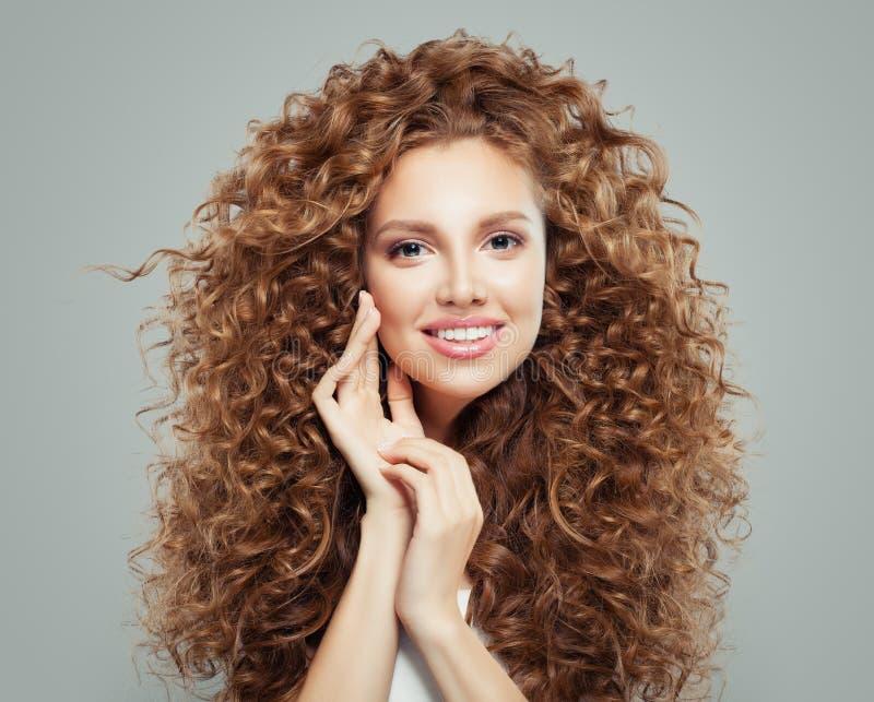 Jonge gelukkige roodharigevrouw met lang gezond krullend haar Haarverzorgingconcept stock afbeelding