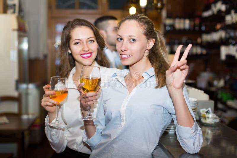 Jonge gelukkige volwassenen bij bar stock foto's