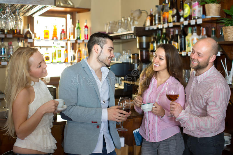 Jonge gelukkige volwassenen bij bar stock afbeelding