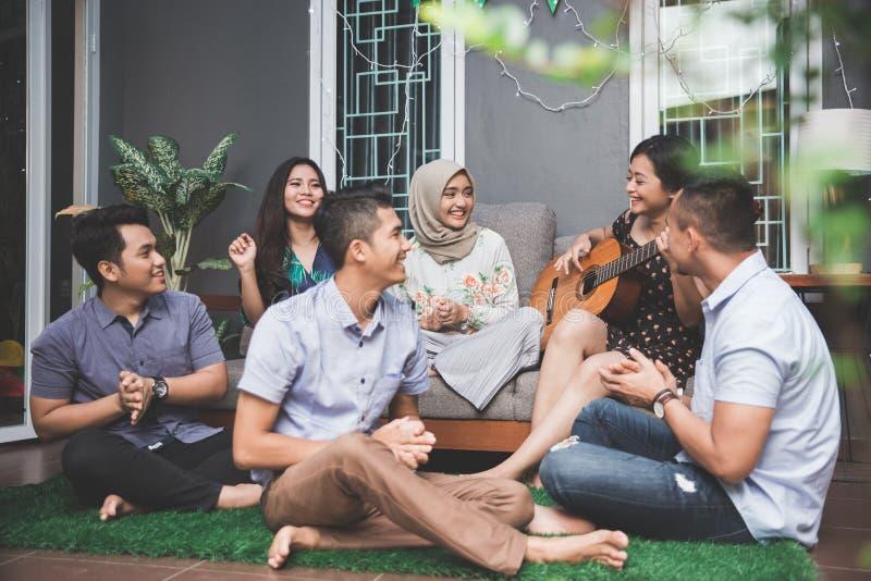 Jonge gelukkige vrienden die samen zingen stock afbeeldingen