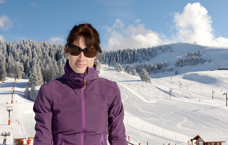 Jonge gelukkige vrouw bij de winter het ski?en stock foto's