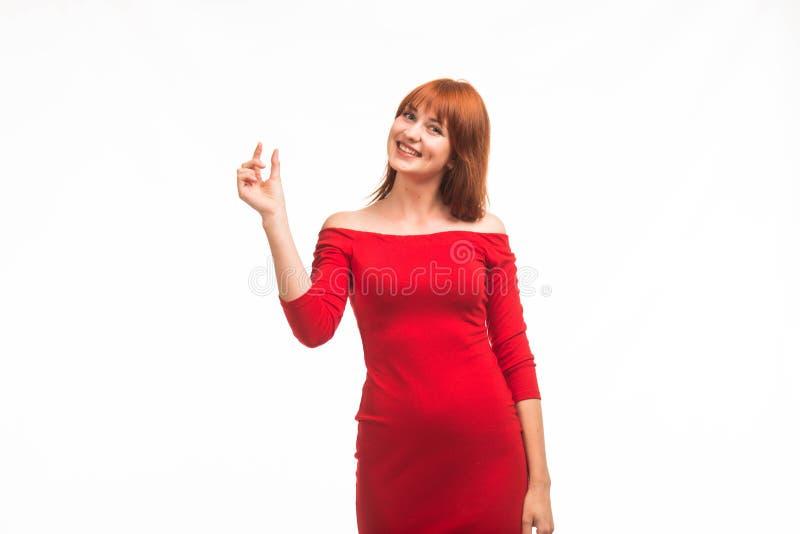 Jonge gelukkige vrouw die door handen tonen royalty-vrije stock foto