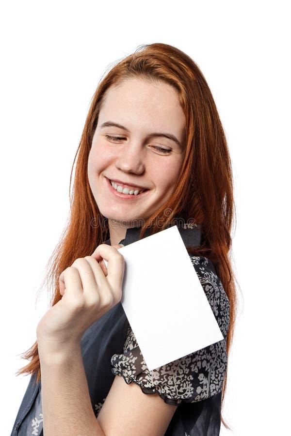 Jonge gelukkige vrouw die grote witte kaart houden royalty-vrije stock afbeelding