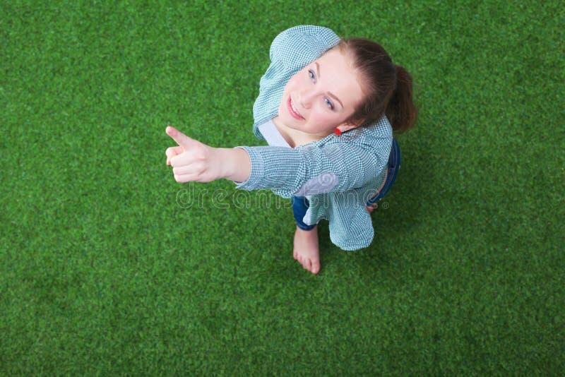 Download Jonge Gelukkige Vrouw In Groen Gras Jonge Gelukkige Vrouw Stock Afbeelding - Afbeelding bestaande uit landschap, vreugde: 107703709