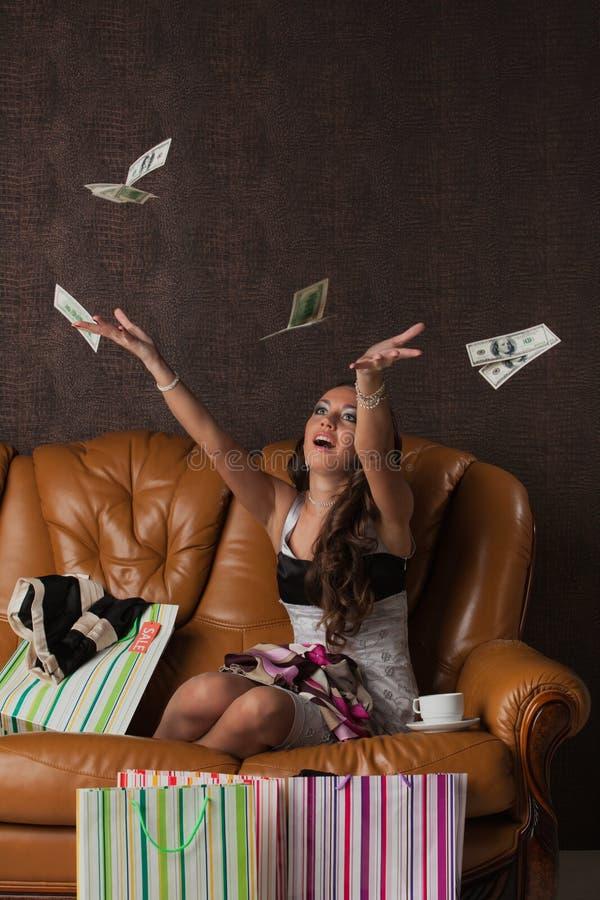 Jonge gelukkige vrouw met aankopen. stock afbeelding