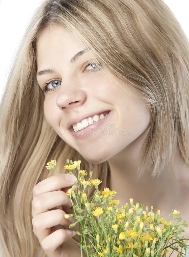 Jonge gelukkige vrouw met boeket royalty-vrije stock afbeelding