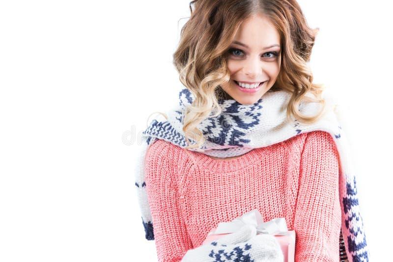 Jonge gelukkige vrouw met een roze giftdoos royalty-vrije stock afbeelding