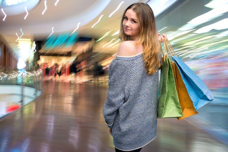 Jonge gelukkige vrouw met het winkelen zakken royalty-vrije stock foto's