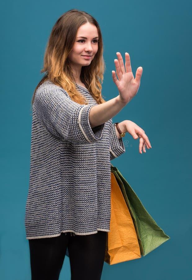 Jonge gelukkige vrouw met het winkelen zakken stock afbeeldingen