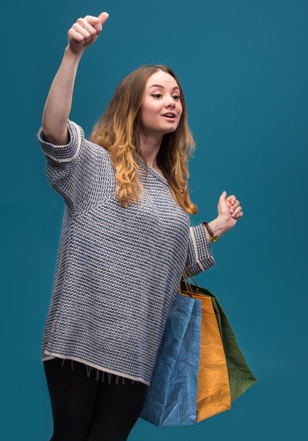 Jonge gelukkige vrouw met het winkelen zakken royalty-vrije stock foto