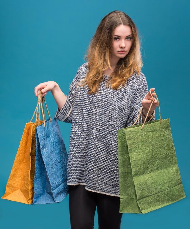Jonge gelukkige vrouw met het winkelen zakken royalty-vrije stock fotografie