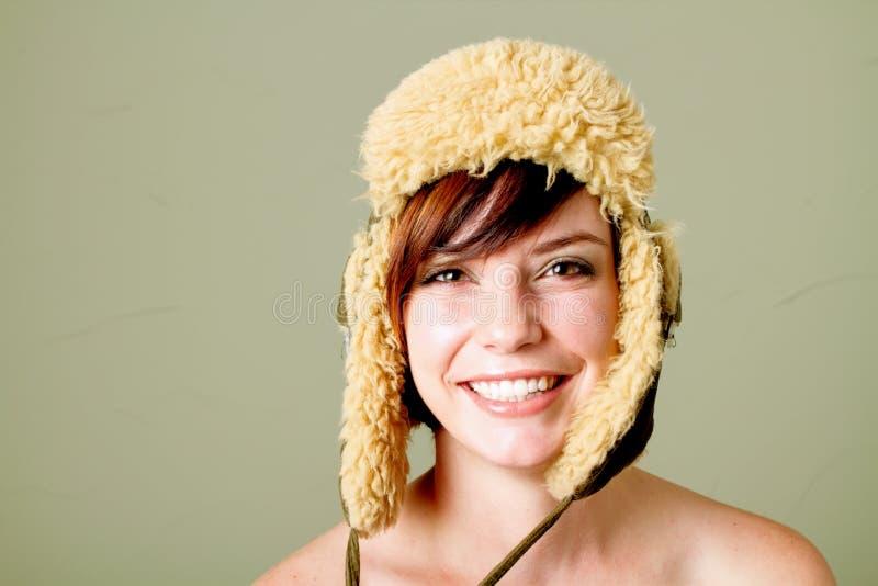 Jonge gelukkige vrouw met hoed royalty-vrije stock foto