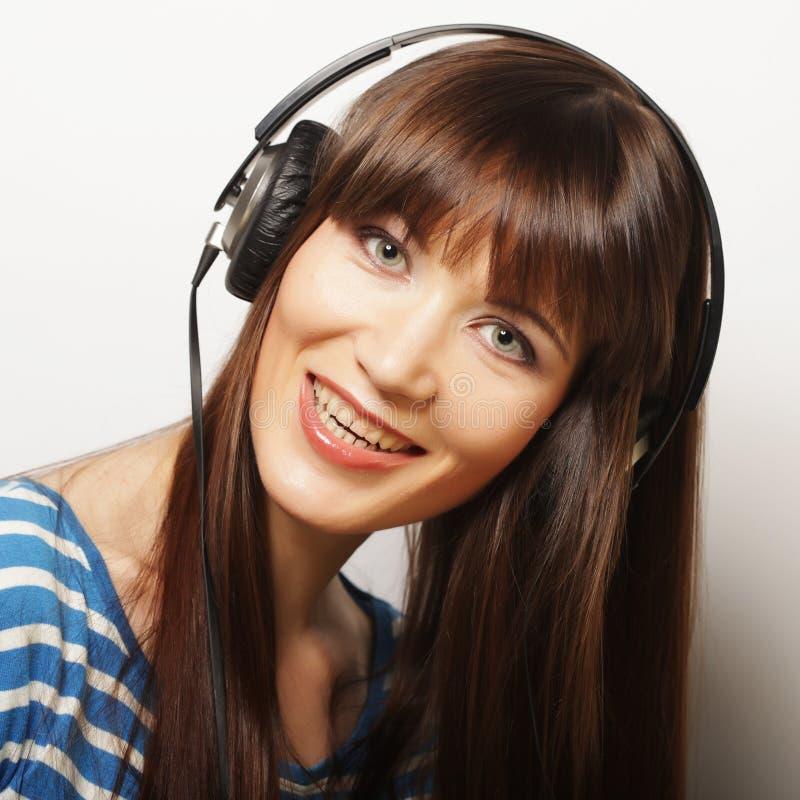 Download Jonge Gelukkige Vrouw Met Hoofdtelefoons Stock Afbeelding - Afbeelding bestaande uit brunette, mooi: 54092807