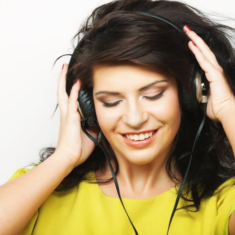 Download Jonge Gelukkige Vrouw Met Hoofdtelefoons Stock Foto - Afbeelding bestaande uit achtergrond, mooi: 54092816