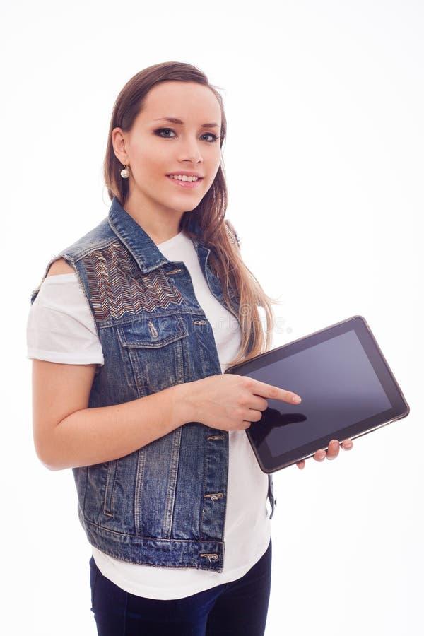 Jonge gelukkige vrouw met nieuwe tablet die op witte achtergrond wordt geïsoleerd. stock foto